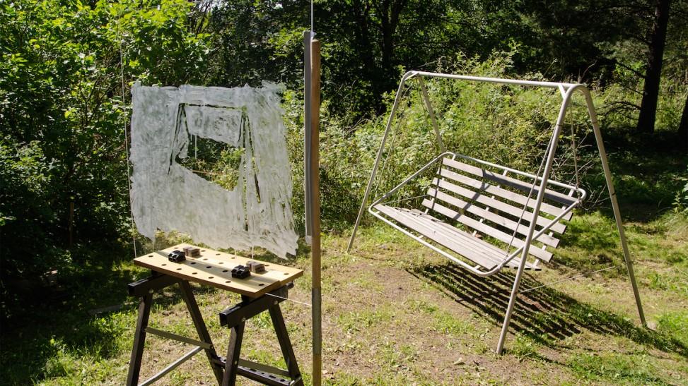 Salla Myllylän videoteoksessa vehreä pihanäkymä peittyy valkoiseen.